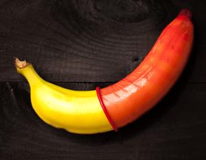 Тренировка надевания презерватива на банане